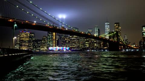 die 9/11 tribut leuchtet. brooklynbrücke. financial district von manhattan. - hd format stock-videos und b-roll-filmmaterial