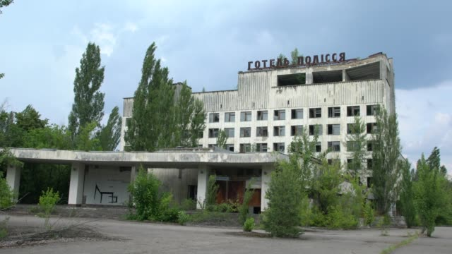 vidéos et rushes de the abandoned and ruined buildings of the ghost city of pripyat, not far from the chernobyl nuclear power plant, chernobyl, ukraine - apocalypse