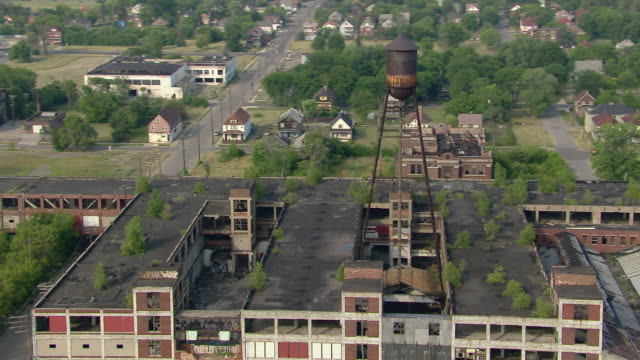 the abandoned packard automotive plant in eastside detroit lies in ruins. - 20世紀のスタイル点の映像素材/bロール