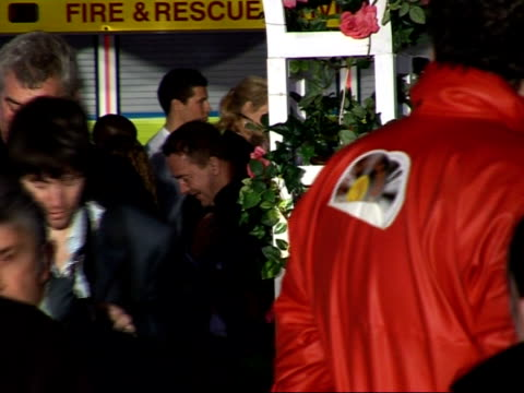 vídeos de stock, filmes e b-roll de 'the accidental husband' film premiere red carpet arrivals uma thurman arriving on fire truck and walking down red carpet with london firemen / back... - autografando