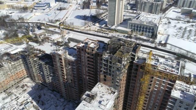 die aktive konstruktion von multi-level-haus in der sonnigen wintertag. - beton stock-videos und b-roll-filmmaterial