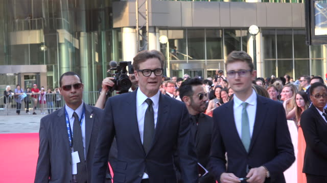The actor leaves the Red Carpet to greet the fans gathered outside