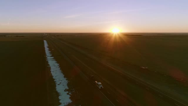 vídeos de stock e filmes b-roll de the aerial accelerated video of the sunrise over the highway in kansas - kansas