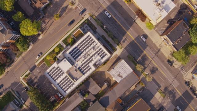 vidéos et rushes de l'œil d'oiseau aérien, regardant vers le bas vue sur le quartier résidentiel de mamaroneck, comté de westchester, new york. images de drone avec le mouvement de caméra panoramique. - town