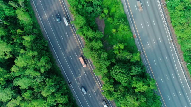 vídeos de stock e filmes b-roll de the aerial directly above view of the christopher columbus highway in new jersey, near by delaware water gap. - nova jersey