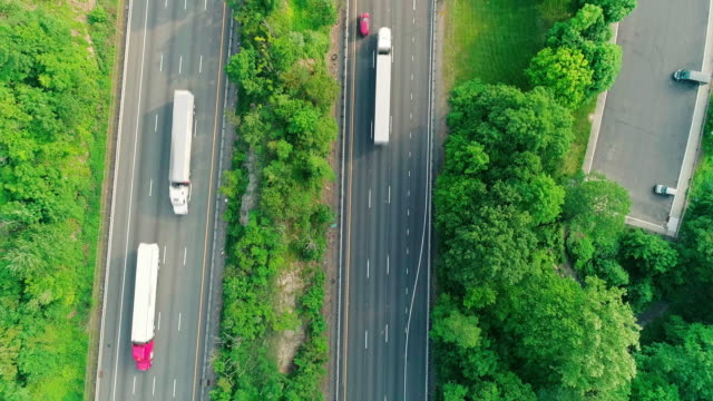 the aerial directly above view of the parking lot of the rest area nearby christopher columbus highway in new jersey, nearby delaware water gap. - autostrada interstatale americana video stock e b–roll