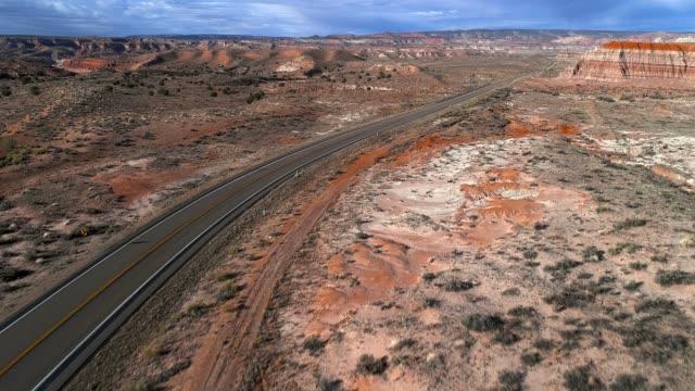vídeos de stock, filmes e b-roll de vista aérea drone cênico da argila seca canhão perto de kanab, utah - desfiladeiro