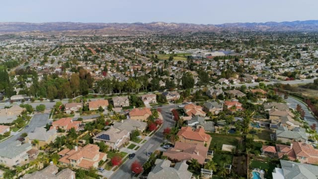 vídeos de stock e filmes b-roll de the aerial drone video of simi valley, california, los angeles agglomeration - tradição