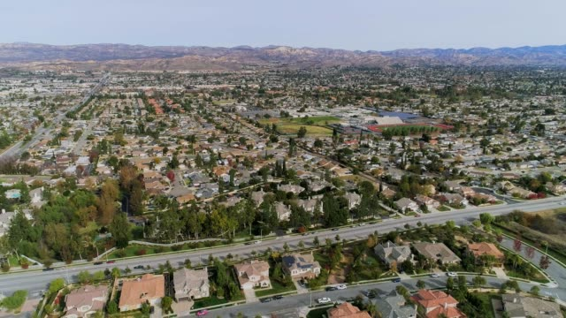 stockvideo's en b-roll-footage met de luchtfoto drone video van simi valley, californië, los angeles agglomeratie - valley