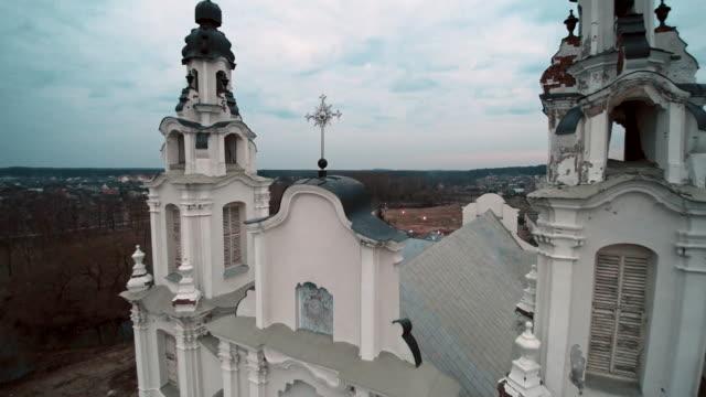 vídeos de stock, filmes e b-roll de a vista aérea do zangão da catedral católica de saint michael archangel, séculos xviii-xix, a ivyanets cidade, bielorrússia, europa de leste. - bielorrússia