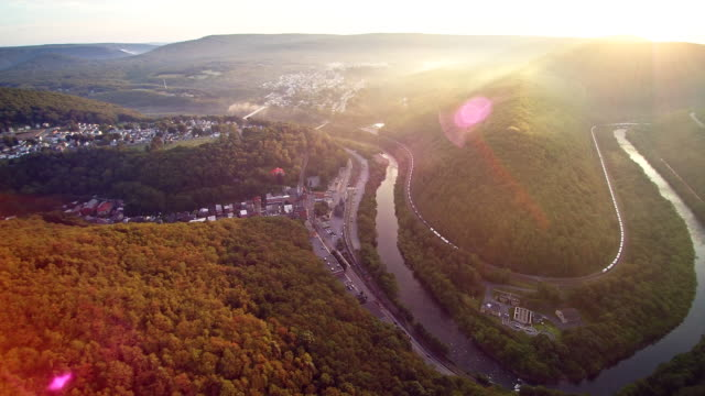 Die Luftbild-Drohne Ansicht von Jim Thorpe (Mauch Chunk) und Lehigh River in Carbon County, Poconos Region, Pennsylvania, USA
