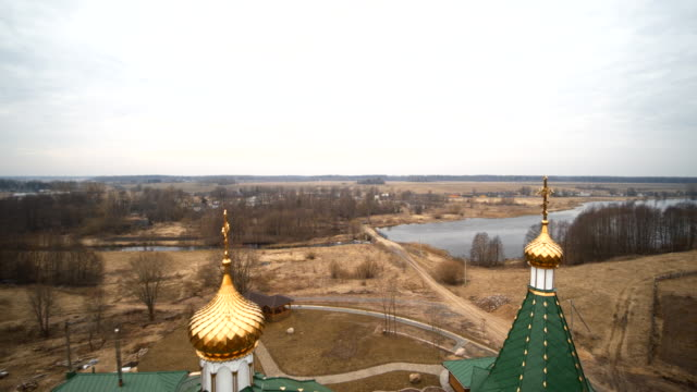stockvideo's en b-roll-footage met de weergave van de antenne drone naar de orthodoxe kerk in het kleine dorpje vishnevo, wit-rusland, oost-europa - eastern european culture