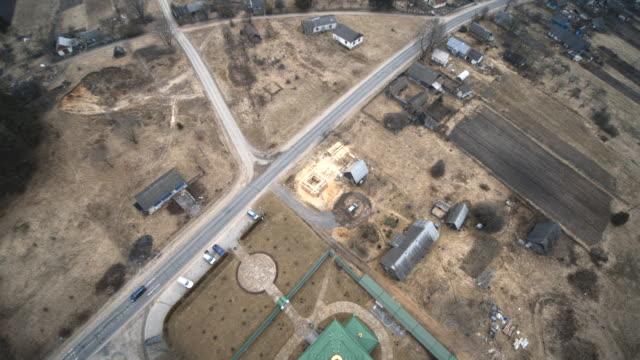 De weergave van de antenne drone naar de orthodoxe kerk in het kleine dorpje Vishnevo, Wit-Rusland, Oost-Europa