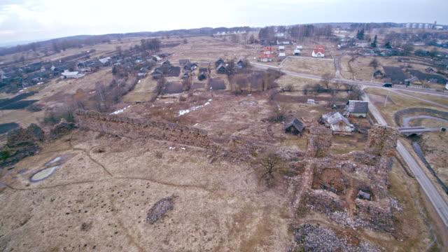 De weergave van de antenne drone aan de verwoeste, volledig verwoest historische kasteel in Kreva, Wit-Rusland. In 1382 werd gebouwd. Dit is de historische plek voor Wit-Rusland, Litouwen en Polen.
