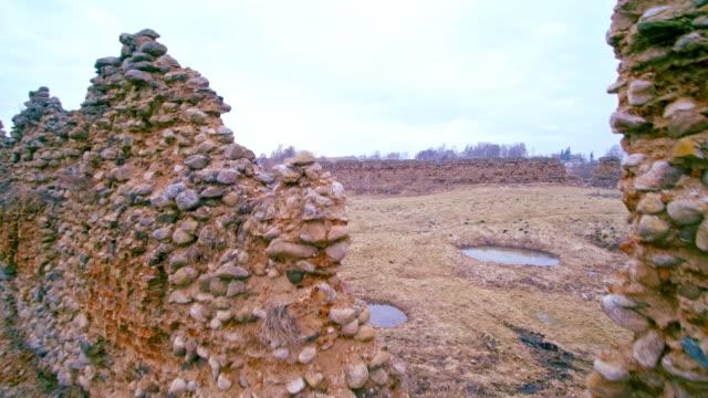 De weergave van de antenne drone aan de verwoeste, volledig verwoest stenen muren van het historische kasteel in Kreva, Wit-Rusland. In 1382 werd gebouwd. Dit is de historische plek voor Wit-Rusland, Litouwen en Polen.