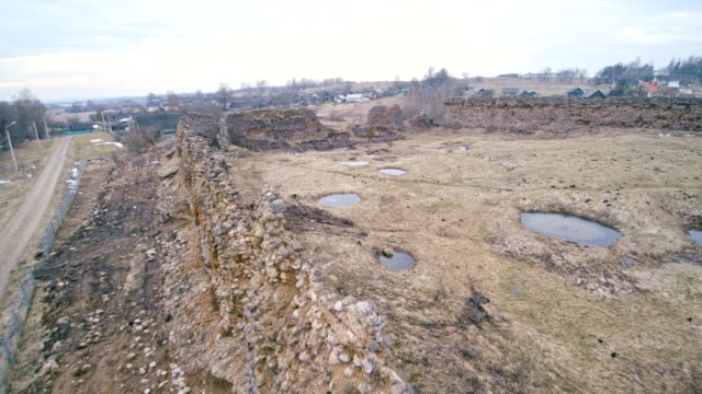 vídeos de stock, filmes e b-roll de a vista aérea drone para as ruínas, totalmente destruída paredes de pedra do castelo histórico na kreva, bielorrússia. foi construído em 1382. este é o lugar histórico para a bielorrússia, lituânia e polónia. - castelo