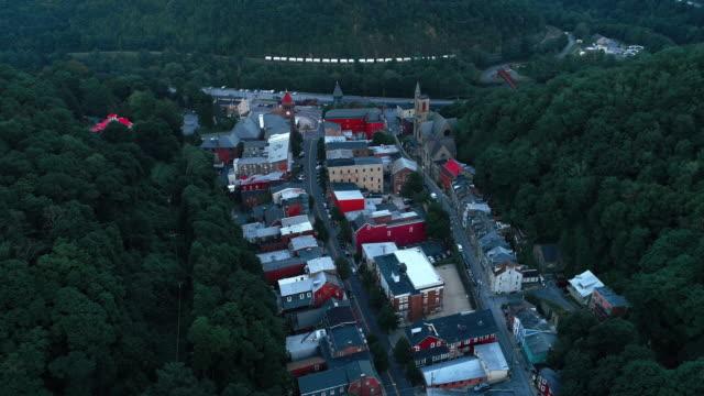 Die Panorama malerische Luftaufnahme des kleinen Bergstadt Jim Thorpe (Mauch Chunk) in Poconos, Pennsylvania. Die Drohne-Aufnahmen mit der statischen Kamera