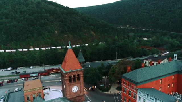 Die Panorama malerische Luftaufnahme des kleinen Bergstadt Jim Thorpe (Mauch Chunk) in Poconos, Pennsylvania. Drohne-Footage mit der vorderen Kamerabewegung.