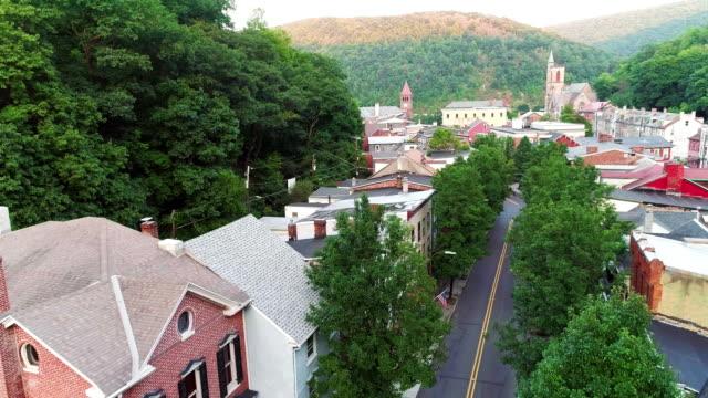 Die Panorama malerische Luftaufnahme des kleinen Bergstadt Jim Thorpe (Mauch Chunk) in Poconos, Pennsylvania. Luftbild-Drohne Footage mit aufsteigender Bewegung der Kamera.