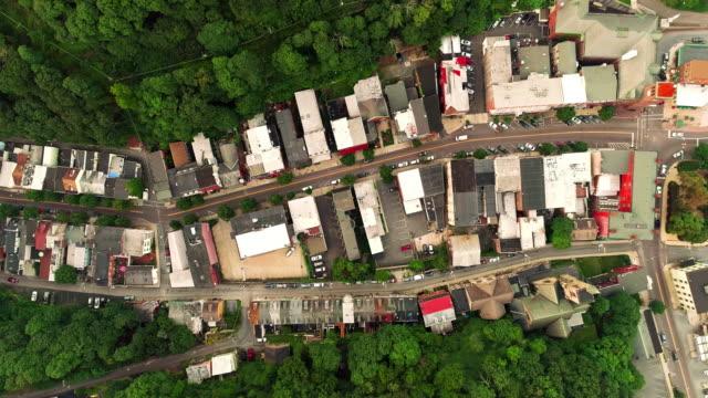 Die Panorama malerische Luftaufnahme des kleinen Bergstadt Jim Thorpe (Mauch Chunk) in Poconos, Pennsylvania. Das Filmmaterial direkt über Drohne mit der Panorama-Kamera bewegt sich entlang der Straße