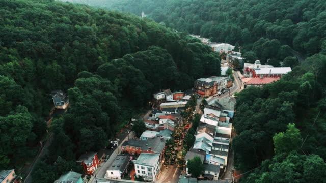 Die Antenne malerischen Panoramablick über die kleine Bergstadt Jim Thorpe (Mauch Chunk) in Poconos, Pennsylvania