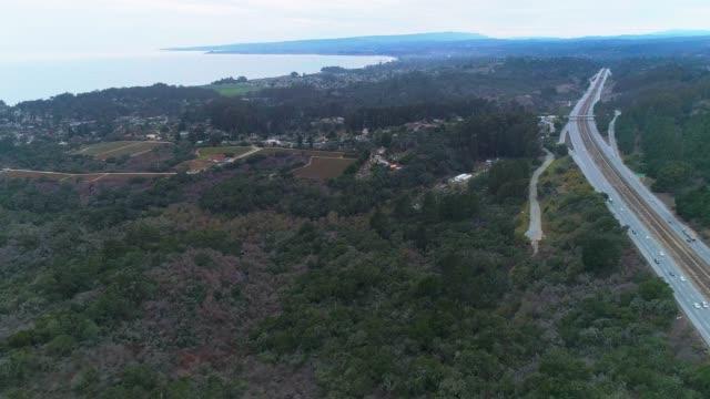 stockvideo's en b-roll-footage met de luchtfoto panoramisch uitzicht op de snelweg ca-1 in de buurt santa cruz, californië, in de winter - santa cruz californië