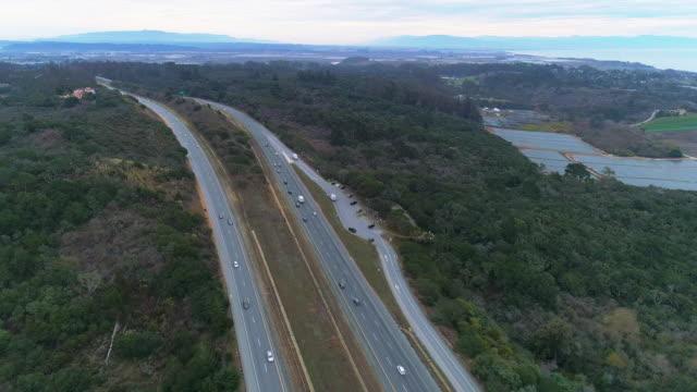 冬のカリフォルニア州サンタクルス近くの高速道路ca-1の空中パノラマビュー - カリフォルニア州サンタクルーズ点の映像素材/bロール