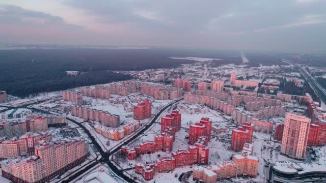 vídeos de stock, filmes e b-roll de a vista panorâmica aérea sobre o bairro residencial, com estufas edifícios de apartamento na cidade grande. movimento de câmera para trás. - bielorrússia
