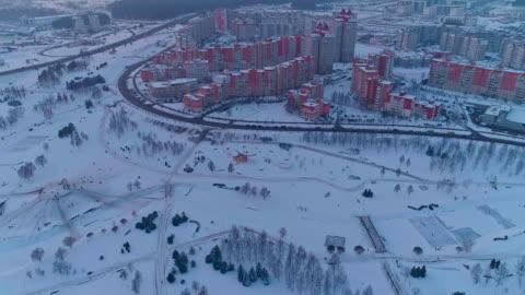 vídeos y material grabado en eventos de stock de la vista panorámica aérea en el barrio residencial con edificios de apartamentos de varios pisos en la gran ciudad. movimiento de cámara panorámica ascendente - bielorrusia