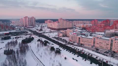 vídeos y material grabado en eventos de stock de la vista panorámica aérea en el barrio residencial con edificios de apartamentos de varios pisos en la gran ciudad - bielorrusia