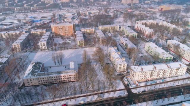 vídeos de stock, filmes e b-roll de a vista aérea panorâmica sobre a cidade de inverno coberta de neve no dia ensolarado frio - bielorrússia