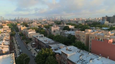 vídeos y material grabado en eventos de stock de la vista panorámica remota aérea desde brooklyn, sobre el distrito residencial, hacia manhattan. movimiento panorámico de la cámara. - new york city