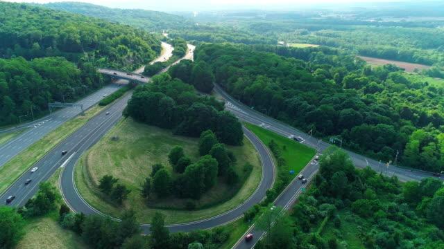 aerial natursköna visa av christopher columbus highway i new jersey, nära av delaware water gap. - poconobergen bildbanksvideor och videomaterial från bakom kulisserna