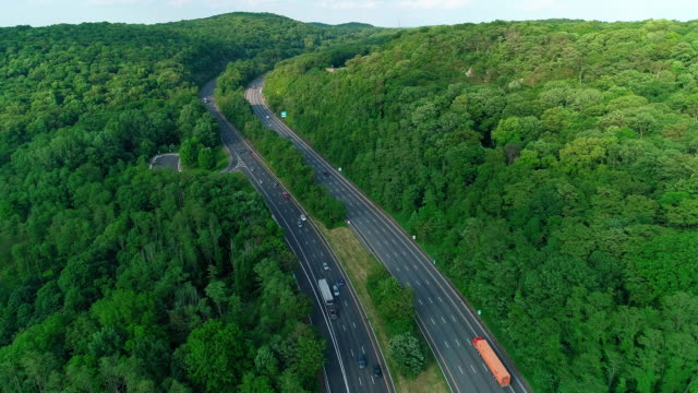 stockvideo's en b-roll-footage met de luchtfoto schilderachtige uitzicht van de snelweg van christopher columbus in new jersey, dichtbij door delaware water gap. - pennsylvania