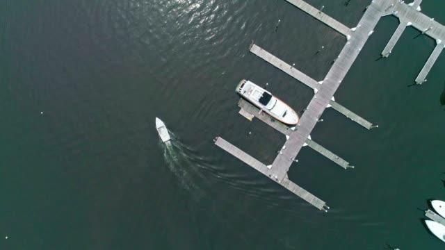 stockvideo's en b-roll-footage met de luchtfoto schilderachtig uitzicht op de jachthaven van port washington, long island, new york, verenigde staten - aangemeerd
