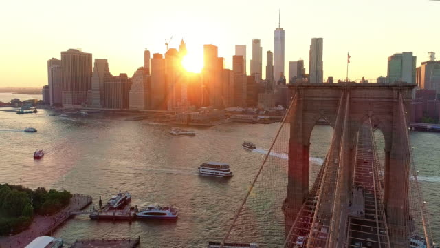 vidéos et rushes de la vue aérienne panoramique à manhattan downtown et brooklyn bridge de brooklyn heights, sur l'east river au coucher du soleil. - pont