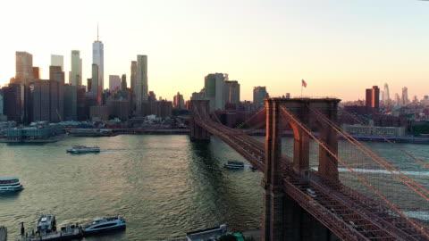 vídeos y material grabado en eventos de stock de la vista panorámica aérea downtown manhattan y el puente de brooklyn desde alturas de brooklyn sobre el río este en la puesta de sol. - new york city