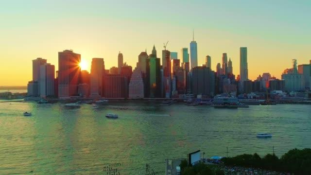 stockvideo's en b-roll-footage met de luchtfoto schilderachtig uitzicht op downtown manhattan van brooklyn heights over de east river bij de zonsondergang. vooruit-bergsport camera beweging. - lower manhattan