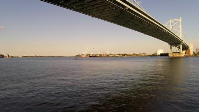 cadmen、ニュージャージー州フィラデルフィア、pa からデラウェア州川を渡ってベンジャミン ・ フランクリン橋に沿って撮 - ベンフランクリン橋点の映像素材/bロール