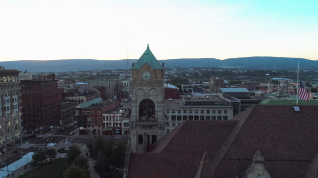 stockvideo's en b-roll-footage met de luchtfoto van lackawanna county courthouse en downtown district of scranton bij zonsondergang. pennsylvania, vs. luchtdronevideo met de panoramische baancamerabeweging. - pennsylvania