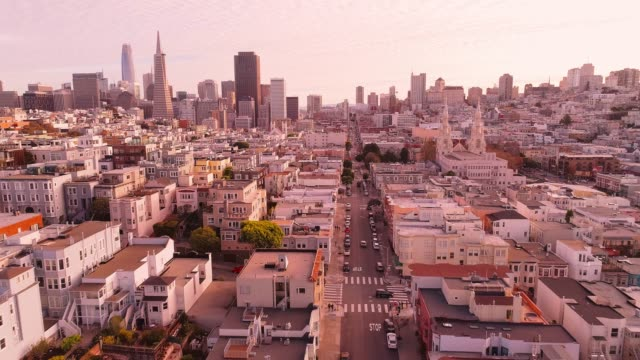 stockvideo's en b-roll-footage met de luchtfoto van san francisco downtown bij zonsondergang, over de residentiële wijk - san francisco california