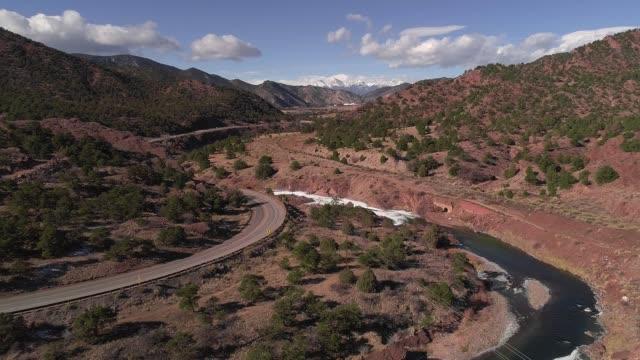 アーカンソー川、コロラド州、米国に沿って高速道路全景 - ロッキー山脈点の映像素材/bロール