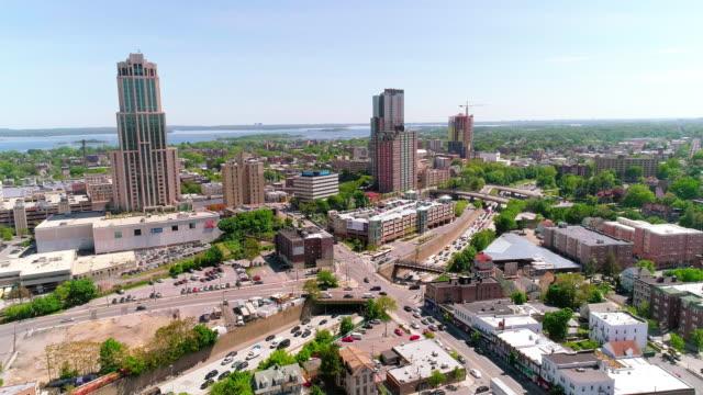 la vista aerea dei grattacieli nel centro di new rochelle, contea di westchester, stato di new york - new york stato video stock e b–roll
