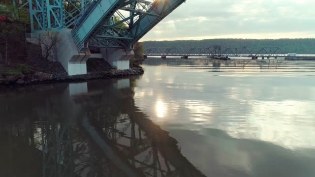 the aerial view of the spuyten duyvil bridge over the hudson river, under the henry hudson bridge - inquadratura dall'ascensore video stock e b–roll