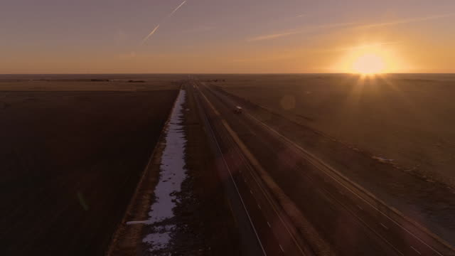 vídeos de stock e filmes b-roll de the aerial view of the sunrise over the highway in kansas - kansas