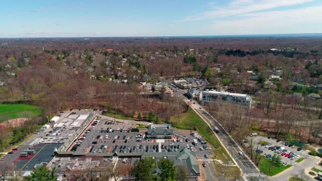 vídeos de stock e filmes b-roll de the aerial view of the town of scarsdale, westchester county, new york state, usa. - shopping centre