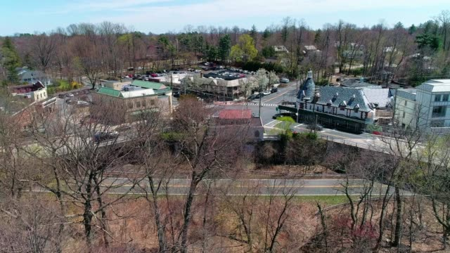 the aerial view of the town of scarsdale, westchester county, new york state, usa. - stati del mid atlantic usa video stock e b–roll