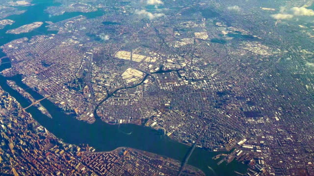 the aerial view on manhattan and brooklyn through the passenger aircraft's window - inquadratura da un aereo video stock e b–roll
