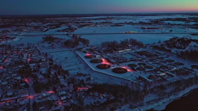 vídeos de stock, filmes e b-roll de a vista aérea nas instalações de tratamento de efluentes de resíduos e usina na zona industrial ao pôr do sol no inverno. - bielorrússia