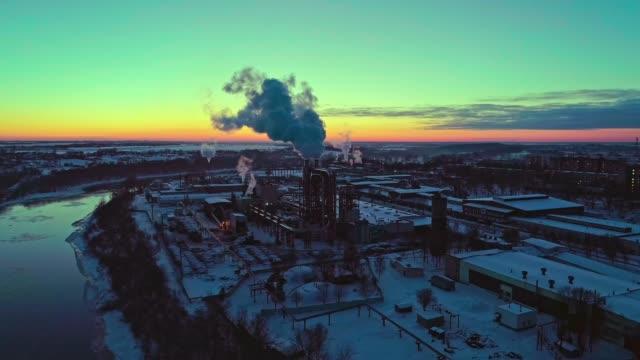 das luftbild auf abwasser kläranlagen und kraftwerk in der industriezone bei sonnenuntergang im winter. - schornstein konstruktion stock-videos und b-roll-filmmaterial